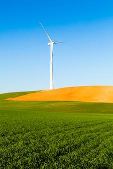 Generador eólico en un campo