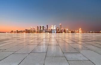 Genial vista de la ciudad por la noche