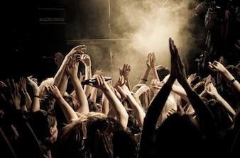 Gente aplaudiendo en una fiesta