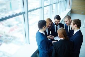 Gente de negocios alrededor de un informe