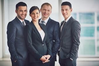 Gente de negocios bien vestidos en la oficina