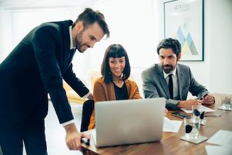 Gente de negocios prestando atención al portátil
