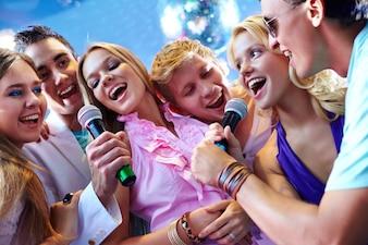 Gente feliz cantando