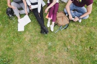 Gente, sentado, hierba, estudiar