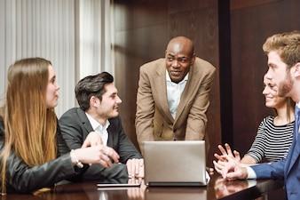 Gerente prestando atención a sus compañeros de trabajo