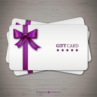 Las tarjetas de regalo con la cinta púrpura