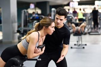 Gimnasio hombre muscular logro activo