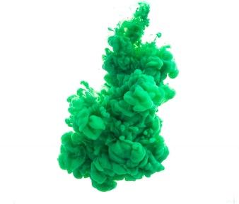Gota de pintura verde cayendo en agua