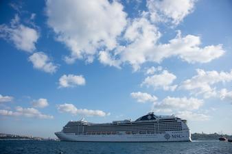 Gran barco para viajes en crucero