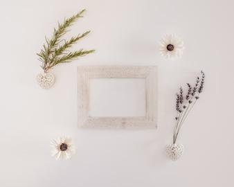 Gran composición con un marco de madera blanca