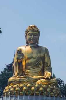 Gran estatua dorada de buda