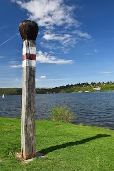 Gran partido. Presa de Brno. Moravia del Sur. República Checa Europa. Área recreativa de entretenimiento y deportes. Hermoso campo con la naturaleza, el agua clara y el cielo con sol y nubes.