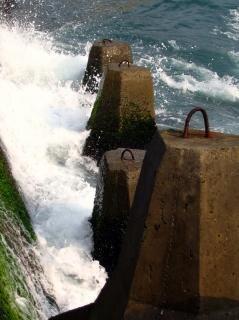 Grandes olas chocando
