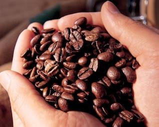 granos de café puñado