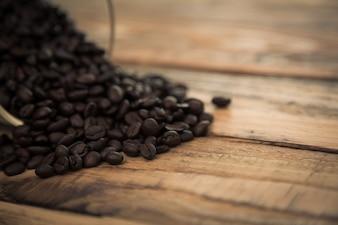 Granos de café sobre una mesa de madera