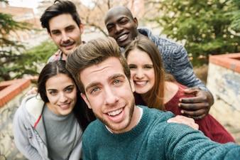 Grupo de amigos felices tomándose una foto