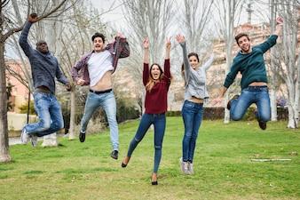 Grupo de amigos saltando a la vez