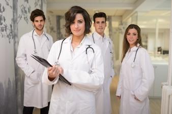 Grupo de médicos exitosos en el hospital