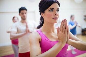 Grupo de personas que realizan ejercicio de yoga árbol-pose