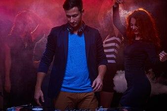 Grupo dinámico disco discoteca chica