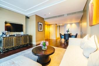 Habitación amplia con mesa de madera