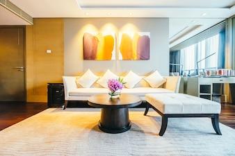 Habitación de hotel moderna con cuadros iluminados