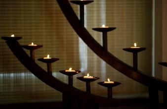 Habitación oscura con velas encendidas