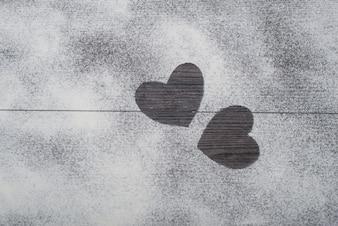 Haciendo formas de corazones en la cocina