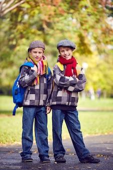 Hermanos felices con la misma ropa