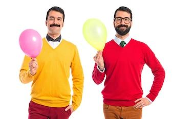 Hermanos gemelos con globos