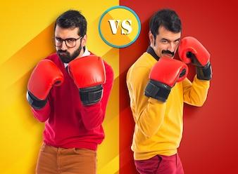 Hermanos gemelos con guantes de boxeo