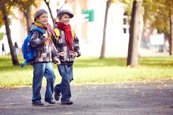 Hermanos yendo al colegio juntos