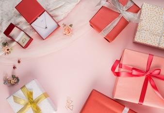 Hermosa caja de regalo y joya de fondo