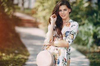Hermosa chica en la calle