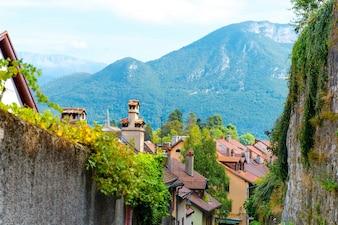 Hermosa ciudad en las montañas
