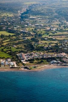 Hermosa costa del mar en Chipre