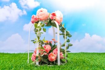 Hermosa de flores artificiales en hierba