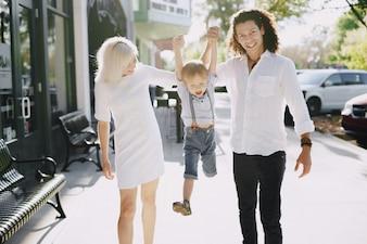 Hermosa joven familia