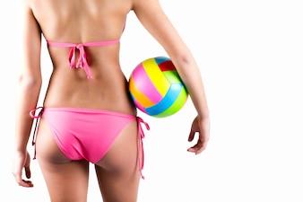 Hermosa joven jugador de voleibol mujer en traje de baño