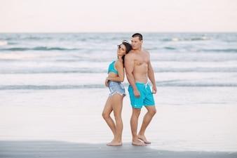Hermosa pareja en la playa