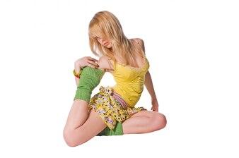 Hermosa stripper llevaba vestido amarillo sobre fondo blanco