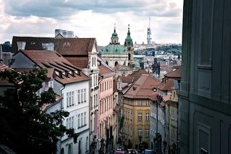 Hermosas calles antiguas y edificios de Praga.