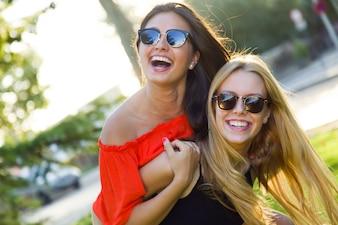 Hermosas mujeres jóvenes se divierten en el parque.