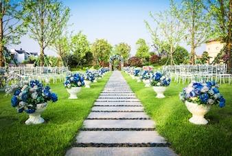 Hermoso arreglo de flores de la boda de los asientos a lo largo del pasillo