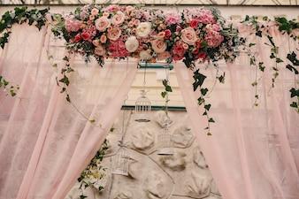 Hermoso arreglo floral con jaulas colgando