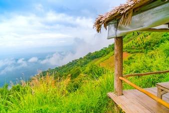 Hermoso de la montaña con el cielo azul paisaje.