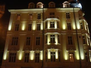 hermoso edificio en la noche