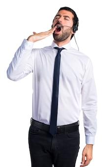 Hermoso hombre de telemercadeo bostezando