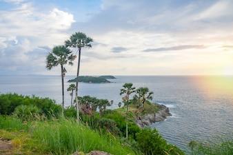 Hermoso océano turquesa renuncia con los barcos y la costa de arena desde el punto de vista alto. Playas de Kata y Karon, Phuket, Tailandia