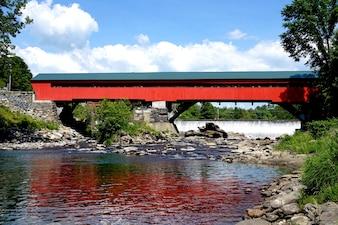 Hermoso puente rojo